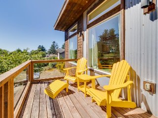 Manzanita beach retreat with private hot tub, close to golf & park, dogs OK