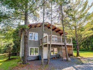 Half-duplex w/ a fireplace - minutes from skiing, golf & more!
