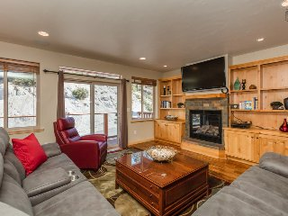 Stateline townhome minutes from ski access, room for 10 - Heavenly Hills