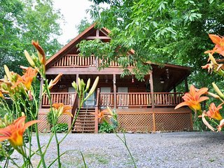Come stay at our private yet conveniently located cozy cabin.