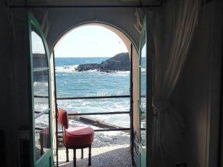Vue mer, pieds dans l'eau, Collioure  'Chateau de la Rocasse'
