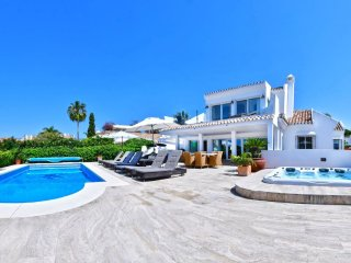 20600 - LUXURIOUS BEACHSIDE VILLA NEAR MARBELLA