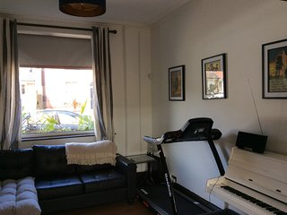 1 double room available in newly refurbished home. Use of own bathroom.