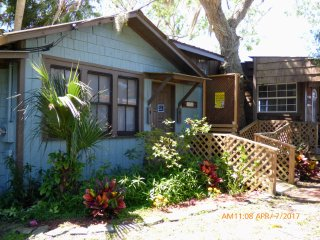 Economy Waterfront Studio - 2 Full Beds, Kitchen, Tiki Bar, Kayaks