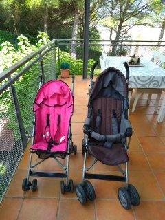 Dos cochecitos de paseo para niños