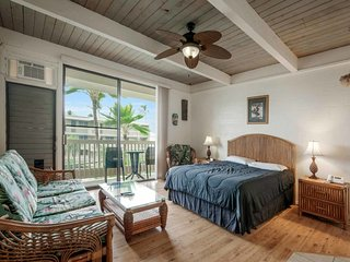 Live Kona-Style! Surf View Lanai+Kitchen, Flat Screen, AC, WiFi–Kona Bali Kai