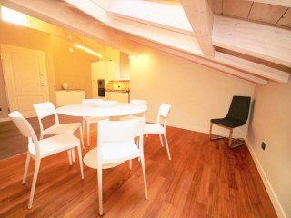LISZT ATTIC 2BR-lakefront in center