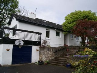 Stunning 6-BR Garden Villa [Sleeps 24] in Lovely Area - Glasgow & Loch Lomond