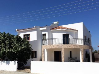 Lovely Spacious Villa with Private Pool, near Larnaca (sleeps 10)