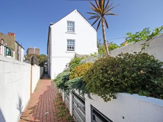 Central Brighton Majestic Mews - Sleeps from 2 to 8 guests. Fast wifi