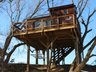 Cozy Treehouse getaway on Rocky River