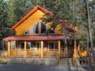 Iron Ring Log Chalet - Radium Hot Springs Pool Passes Included