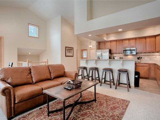 3bd Townhome - great location, private hot tub!