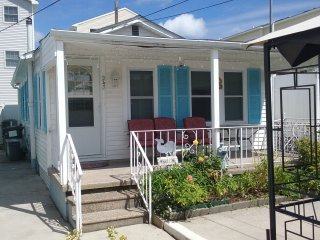 Three Bedroom Cottage, One Block From Beach, WIFI, Parking