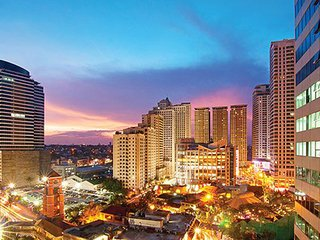 Walk to 3 Shopping Malls, Cafes, Food, FAST FREE WiFi, Eastwood City - Sleeps 6!