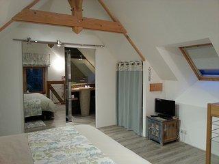 chambre parentale avec lit king size en  bambou