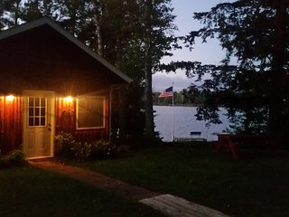 Hemlocks Retreat, Great Sunsets, Peaceful Privacy Lakeside, w/ Dock, WiFi/Cable