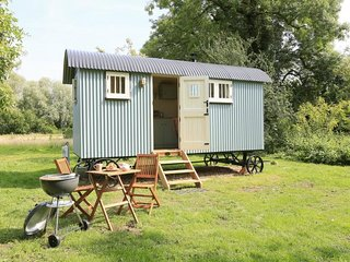Sage Shepherd Hut, Boundary Farm, Framlingham. Glamping at its best!