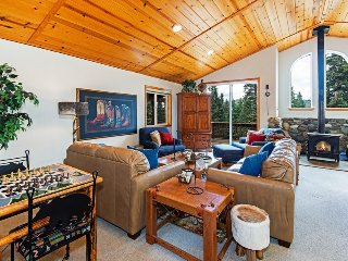 Classic Tahoe Donner Cabin with HOA Access