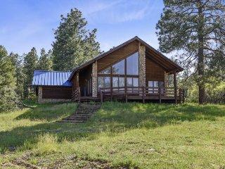 Wren Ridge Cabin located in Lake Hatcher Village, offering beauitful views of th