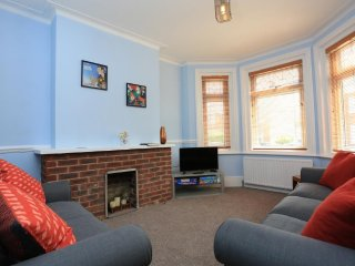 BOURNECOAST: LOVELY PET FRIENDLY FAMILY HOME - GARDEN - NEAR BEACH/SHOPS-HB6019