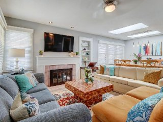 Beach bungalow with deck, full kitchen & backyard - dog-friendly!