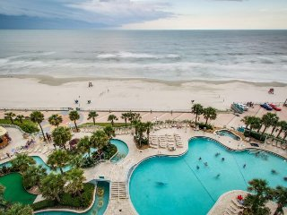 Oceanfront condo with shared pools/hot tub & Jacuzzi tub - snowbirds welcome!