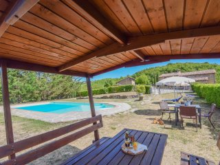Villa with private/fenced pool, basketfield & ping pong 30km Perugia, 2km villag