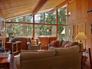 Cedar Glen: Romantic Mountain Chalet w/ Views, Perfect for Couples with spa