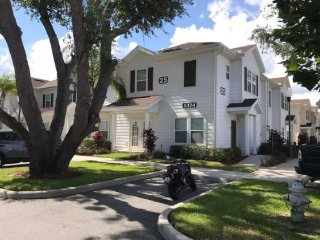 VIP Home - LUCAYA VILLAGE - Beautiful, Modern and Spacious Townhome close Disney