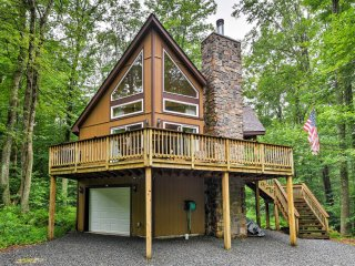 NEW! 4BR Pocono Lake Chalet- 1 Mile From Lake!