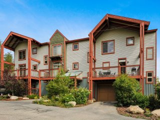 Luxurious Downtown Wolf Park Townhome - Great Views/Free Activities/Hot Tub