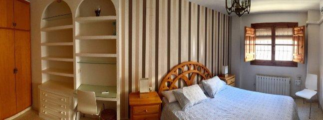 Dormitorio y zona de estudio.