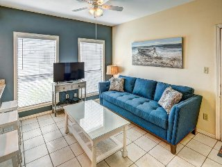 Island condo w/ full kitchen and grill area, a block away from the beach