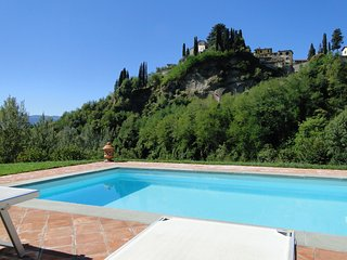Short walk into old town Barga! View of Cathedral! Small pool. WIFI