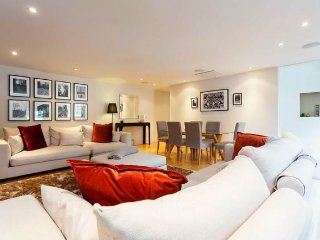 Gorgeous 3 Bedroom Mews House, Sleeps 6, Best location in London!