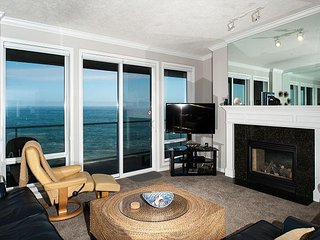 Captain's Quarters - Top Floor Oceanfront Condo, Hot Tub, Pool, Wifi & More!