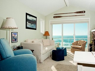 Seacliff Loft - Top Floor Oceanfront Condo, Hot Tub, Pool, Wifi & More!