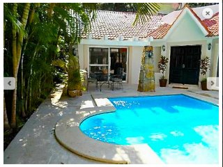 PRIVATE Villa Perla, PRIVATE pool (4 bdrm + 3 bath) walk to beach + 15th Avenue