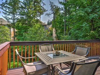 Portland Townhome w/Deck - 12 Miles from Downtown!