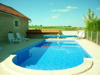Gite charentais de charme pour 6/7 pers + piscine proche de Jonzac