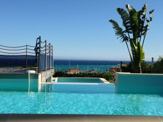 Luxurious, quiet apartment.Stunning panoramic views over pool,gardens & Med.