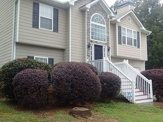 Home on top of a hill. 5BR/3BA. Cozy home with Cable & Wifi.