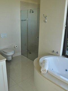 Main bedroom en suite shower
