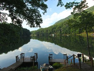 LuxeLoft406: Mountain Golf Resort/walk to amenities,private lake dock,free Wi-Fi