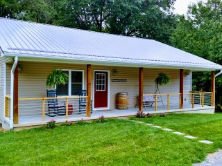 Lake Junaluska Guest House, Two Master King Suites, Hot Tub, WiFi and Cable