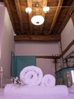 Alojamiento en Arévalo con habitaciones dobles, techos y suelos originales de la casa