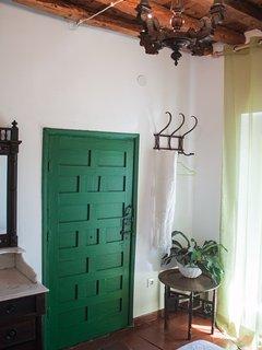 Alojamiento en Arévalo con habitaciones dobles exteriores, techos y suelos originales de la casa