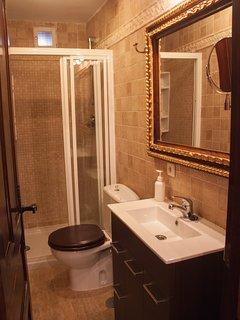 Alojamiento en Arévalo con  3 habitaciones, 2 baños y un apartamento doble con baño extra
