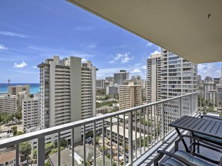 NEW! 2BR Honolulu Condo w/ Lanai & Ocean Views!